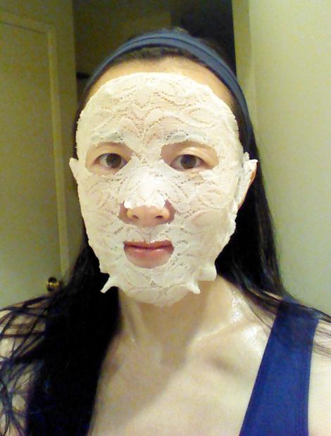 Hey! Pinkgo Girl White Tea & Vitamin C lace face mask